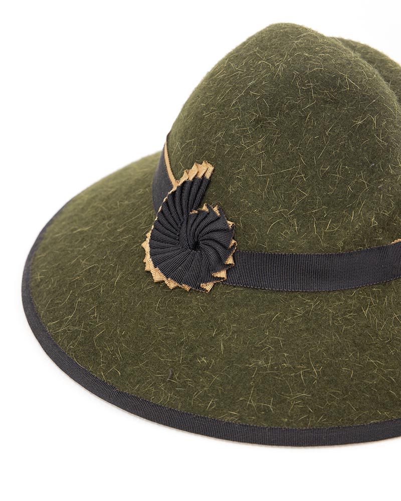 Nautilus cockade on an olive green hat.